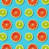 Vibrerande röd apelsin och grön modell för limefruktcitronskivor på turkosbakgrund arkivfoton
