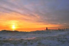 Vibrerande solnedgång över den iskalla stranden Arkivbild