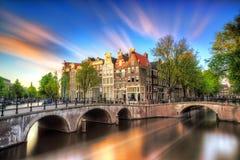 Vibrerande solnedgång Amsterdam royaltyfri foto