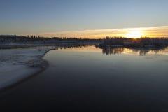 Vibrerande solnedgång i en lake närliggande Inari, Finland Fotografering för Bildbyråer