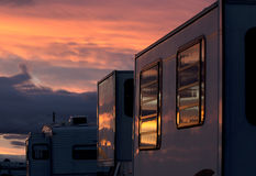 Vibrerande solnedgång som reflekterar i RV Windows Arkivfoto