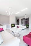 Vibrerande stuga - vardagsrum med spis royaltyfri foto