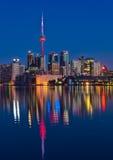 Vibrerande Toronto horisont med reflexion Fotografering för Bildbyråer