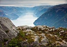 Vibrierende Ansicht des Sommers über norwegischen Fjord mit einem Haus, Wald, ro Lizenzfreie Stockfotografie