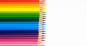 Vibrierende farbige Bleistifte in einem Regenbogen-Muster Stockfotografie