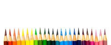 Vibrierende farbige Bleistifte in einem Regenbogen-Muster Stockbilder