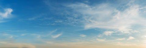 Vibrierende Farbpanoramischer blauer Himmel mit weißer Wolke Stockfotos