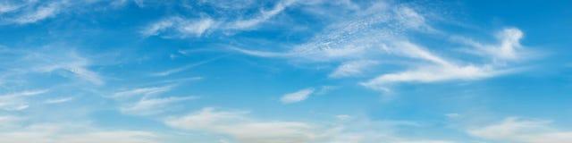 Vibrierende Farbpanoramischer blauer Himmel mit weißer Wolke Stockfoto