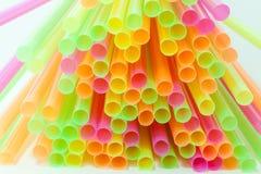 Vibrierende Farbtrinkhalm-Plastikart Stockbilder