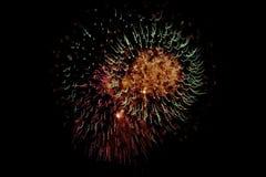 Vibrierende Feuerwerke lizenzfreie stockfotos
