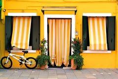 Vibrierende Hausfassade Stockfotografie