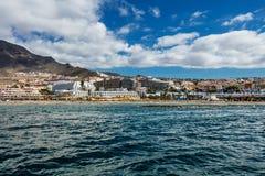 Vibrierende Landschaft und tief-blaues Wasser der Teneriffa-Westküstenlinie, wie von einer Yacht gesehen Der schlafende Teide-Vul lizenzfreies stockfoto