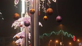 Vibrierende Lichter dekorativ und Kugeln durch Weihnachten stock footage