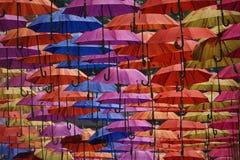 Vibrierende Regenschirme lizenzfreie stockfotografie
