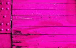 Vibrierende rosa Holz- und Metallhintergrundbeschaffenheit Stockfoto
