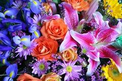 Vibrierender Blumenstrauß der Blumen Stockfotos