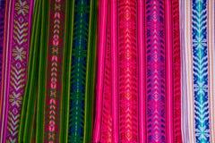 Vibrierender farbiger Stoff von den Märkten von Mexiko und von Guatemala lizenzfreies stockbild