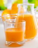 Vibrierender gesunder Orangensaft Lizenzfreie Stockfotos