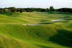 Vibrierender grüner Golfplatz Stockbilder