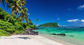 Vibrierender tropischer Lalomanu-Strand auf Samoa-Insel mit Kokosnusskumpel Lizenzfreies Stockbild
