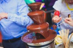 Vibrierendes Bild des Schokoladen-Brunnens Fontain auf Kindern scherzt die Geburtstagsfeier mit, die den Kindern ist, die herum s Stockfotos