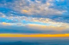 Vibrierendes Farbwolke scape auf einem drastischen Himmel Bild wurde an einem sonnigen Sommertag in der Sonnenuntergangzeit gefan lizenzfreies stockbild