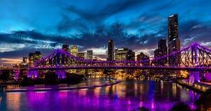 Vibrierendes Nachtzeitpanorama von Brisbane-Stadt mit purpurroten Lichtern stockbild