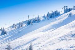 Vibrierendes Panorama der Steigungen am Skiort Kopaonik, Serbien, Schneebäume, blauer Himmel Stockfoto