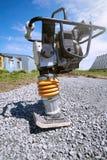 Vibroplotnitel auf dem Legen der Straße an einem sonnigen Tag Lizenzfreies Stockbild
