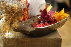 Viburnum rouge Kalina dans une vieille cuvette en bois photos libres de droits