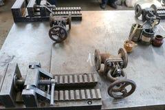 Vice industriel lourd grand en métal avec le mécanisme de vis et les poignées, garnitures de canalisation, verrous, boîtes avec l image stock