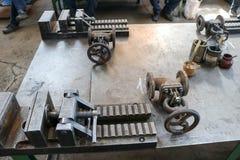 Vice industriel lourd grand en métal avec le mécanisme de vis et les poignées, garnitures de canalisation, verrous, boîtes avec l image libre de droits
