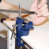Vice metallarbete med den roterande mekanismen Arbete hemma royaltyfri fotografi