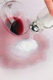 Vice vidrio vacío de vino rojo. Sal. Imagen de archivo libre de regalías