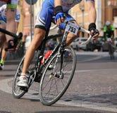 Vicence, Vi, Italie - 12 avril 2015 : cyclistes sur emballer des vélos Image libre de droits