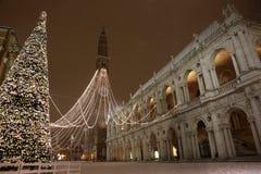 Vicenza City i Italien den huvudsakliga fyrkanten med det höga tornet kallade Tor Arkivbild
