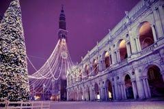 Vicenza i Italien den huvudsakliga fyrkanten med det höga tornet kallade Torre Bi Fotografering för Bildbyråer