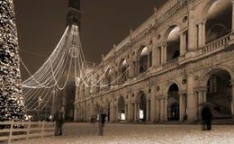 Vicenza i Italien den huvudsakliga fyrkanten med gammal effekt för snö och för fotografi Royaltyfri Fotografi
