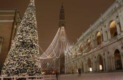 Vicenza i Italien den huvudsakliga fyrkanten med snö och den mest berömda monumen Royaltyfri Foto