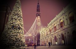 Vicenza i Italien den huvudsakliga fyrkanten med snö och den mest berömda monumen Fotografering för Bildbyråer
