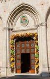 Vicenza, Itália 21 de maio de 2016 Porta da catedral com de floral Imagens de Stock Royalty Free