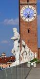 Vicenza, Italië Oude witte steenstandbeelden van mensen over B stock afbeelding