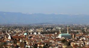 Vicenza, Italia, panorama della città con le montagne nella b Fotografia Stock