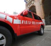 Vicenza Italien - December 4, 2015: depar italiensk röd bil av brand Royaltyfria Bilder