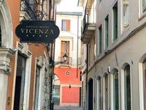 VICENZA, ITALIEN - 12. MÄRZ 2017: Stadtarchitektur mit Gebäude Stockfoto
