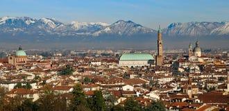Vicenza, l'Italia, il panorama con la basilica Palladiana e molti alloggiano Fotografia Stock Libera da Diritti