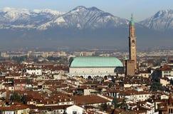 Vicenza, l'Italia, il panorama con la basilica Palladiana e molti alloggiano Immagine Stock
