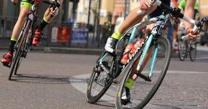 Vicenza, Vi, Itália - 12 de abril de 2015: ciclistas em competir bicicletas imagem de stock royalty free