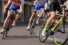 Vicenza, Vi, Itália - 12 de abril de 2015: ciclistas em competir bicicletas fotografia de stock