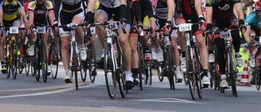 VICENZA, VI, ITALIA - 12 de abril de 2015 los ciclistas corren rápidamente en competir con las bicis durante el ciclo GranFondoLi Fotos de archivo libres de regalías